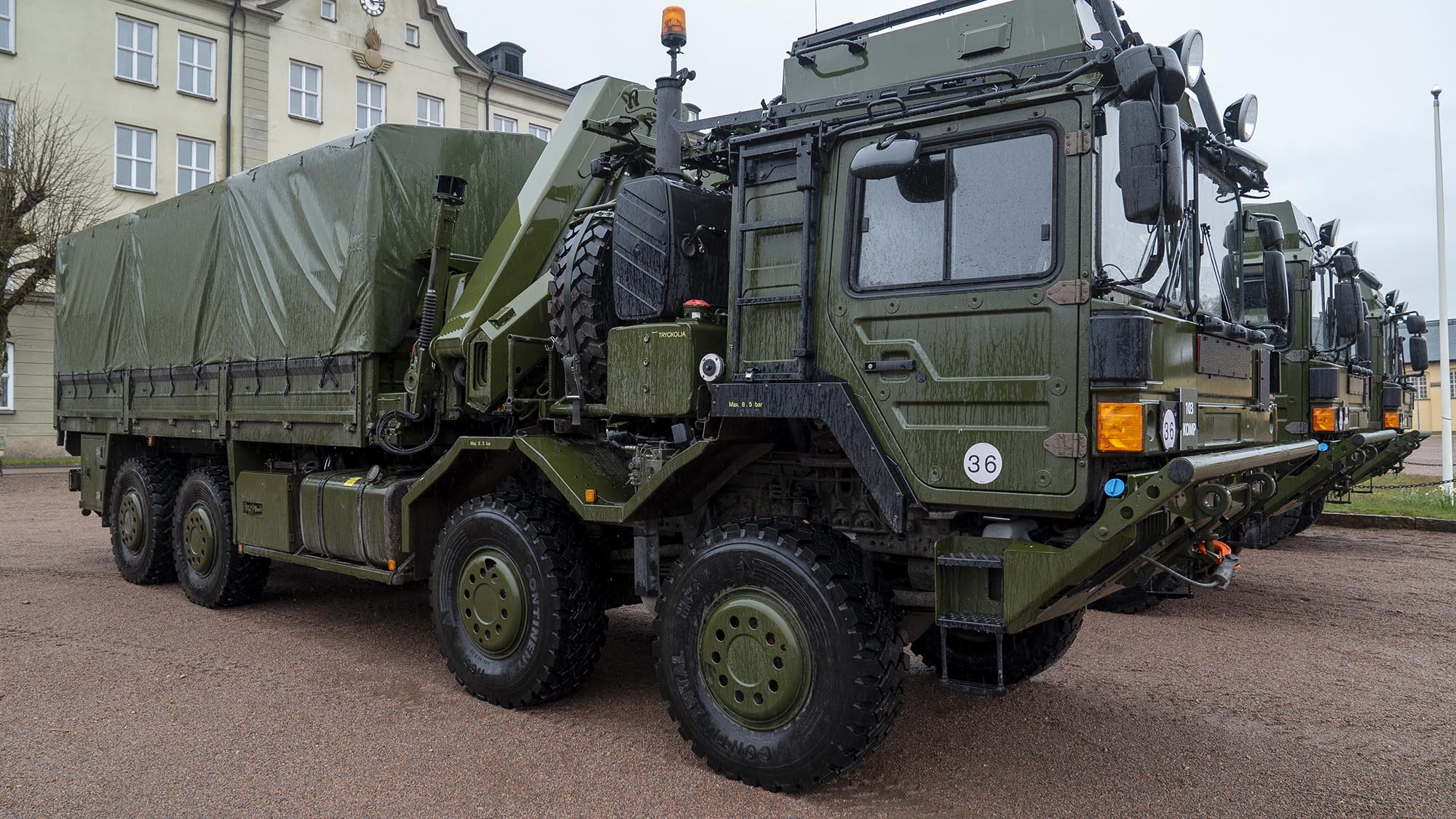 FMV har anskaffat 40 olika fordon i tre olika varianter till Luftvärnssystem 103, Patriot. Flakbilar, dragbilar och kranbilar.